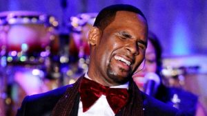 Watch Video: Chicks out here pick pocketing R Kelly for the sins he committed 😁😬😁